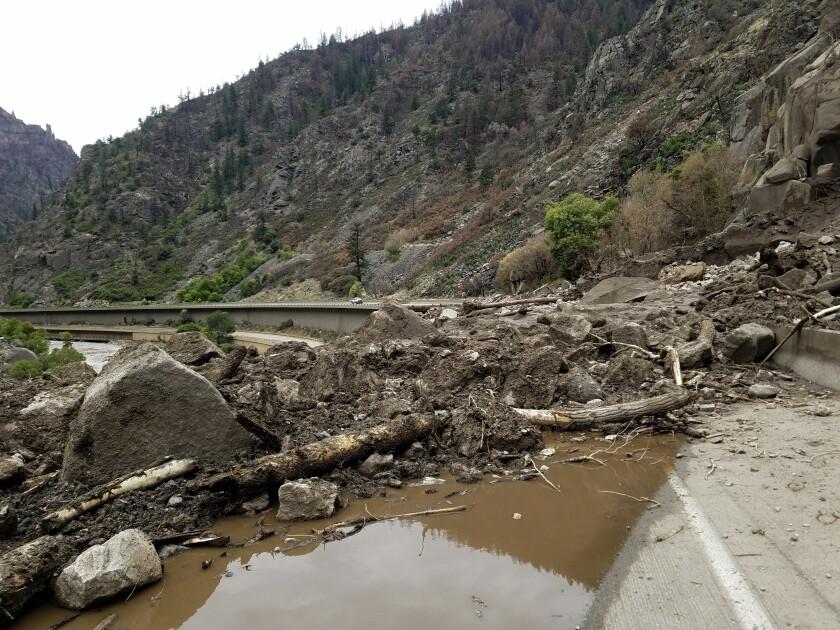 Imagen proporcionada por el Departamento de Transporte de Colorado de barro y escombros en la carretera federal 6, el domingo 1 de agosto de 2021 al oeste de Silver Plume, Colorado. (Departamento de Transporte de Colorado vía AP)