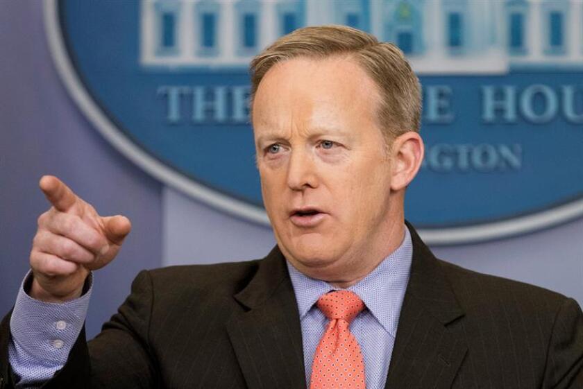 El portavoz de la Casa Blanca, Sean Spicer, aseguró hoy que EEUU trabaja por la vía diplomática para tranquilizar a Yemen, después de que el diario The New York Times informara de que el Gobierno yemení quiere prohibir a tropas estadounidenses realizar operaciones antiterroristas en ese país. EFE/ARCHIVO