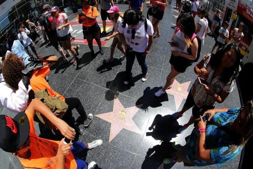 La estrella que posee el presidente, Donald Trump, en el Paseo de la Fama de Hollywood ha vuelto a ser destrozada la pasada madrugada por parte de una persona que se entregó de inmediato a las autoridades, informó hoy la prensa local. EFE/ARCHIVO