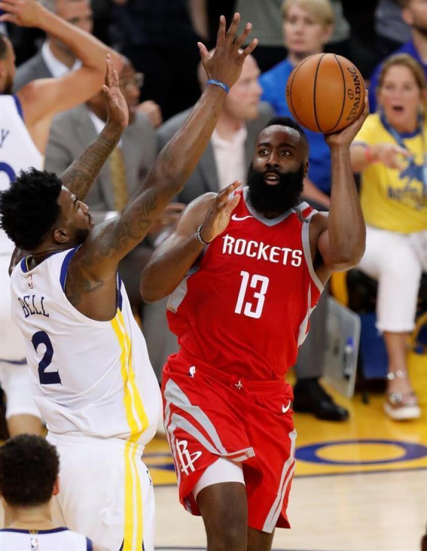 El jugador de los Houston Rockets James Harden (d), durante un partido. EFE/Archivo