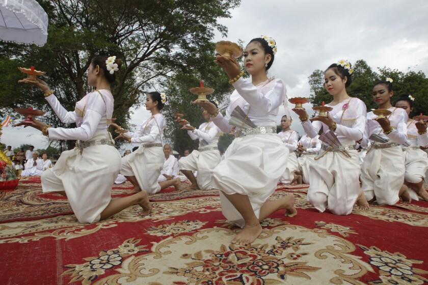 Bailarinas camboyanas actúan durante una ceremonia budista antes de comenzar la búsqueda de estatuas de Buddha desaparecidas en el río Tonle Sap, en la localidad de Kean Kleang, en la provincia de Kampong Chhnang, al norte de la capital camboyana, Phnom Penh. (AP Foto/Heng Sinith)