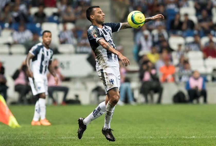 Leonel Vangioni de Rayados de Monterrey controla el balón durante un partido en el estadio BBVA de la ciudad de Monterrey (Méxiico). EFE/Archivo