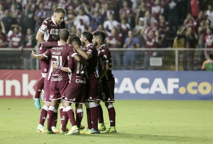 Los jugadores del equipo del Saprissa de Costa Rica celebran la anotación de un gol. EFE/Archivo