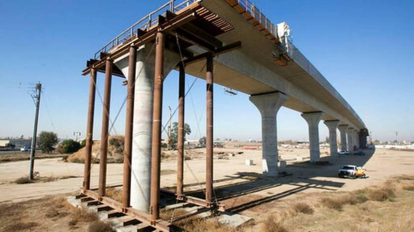 Una sección elevada en Fresno, California, del proyecto del tren de alta velocidad que se encuentra en construcción.