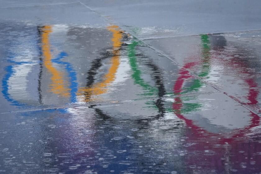 El reflejo de los anillos olímpicos en la pista de BMX de los Juegos Olímpicos de Tokio, el martes 27 de julio de 2021. (AP Foto/Ben Curtis)