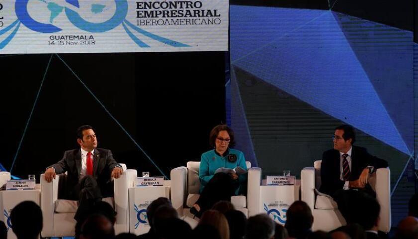 El presidente guatemalteco, Jimmy Morales (i), y la secretaria general iberoamericana, Rebeca Grynspan (c) participan en el XII Encuentro Empresarial Iberoamericano, en Antigua (Guatemala). EFE