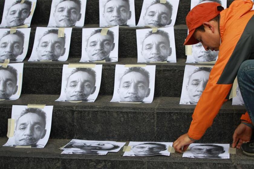 Decenas de fotografías del periodista Cándido Ríos Vázquez, asesinado es en la ciudad de Hueyapan de Ocampo. EFE/Archivo