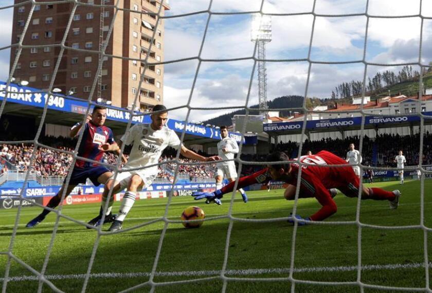 El centrocampista argentino del Eibar, Gonzalo Escalante (i), marca un gol ante el Real Madrid durante el partido de la jornada 13 de LaLiga Santander que disputaron el Eibar y el Real Madrid en el estadio de Ipurua de Eibar. EFE