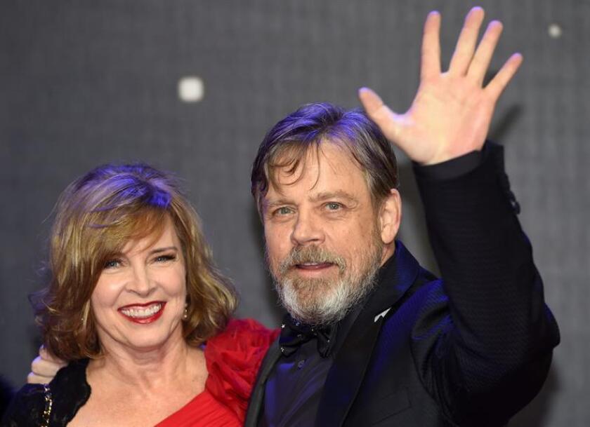 """El actor Mark Hamill (d), conocido por su papel de Luke Skywalker, publicó hoy un escrito en el que rindió homenaje a su compañera de """"Star Wars"""" Carrie Fisher, en el que destacó lo mucho que le gustaba """"hacer reír"""" a la fallecida actriz. EFE/ARCHIVO"""