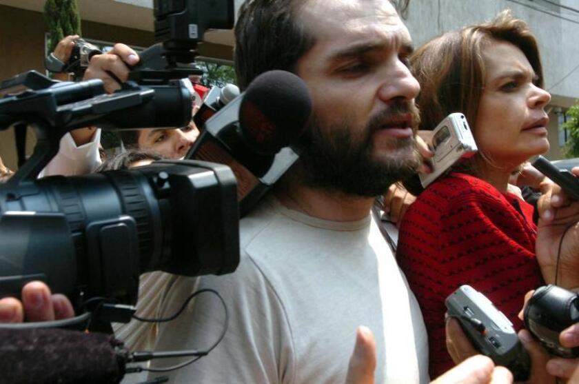 El empresario mexicano de origen argentino Carlos Ahumada, junto a su esposa, Cecilia Gurza, es abordado por la prensa. EFE/David de la Paz/Archivo