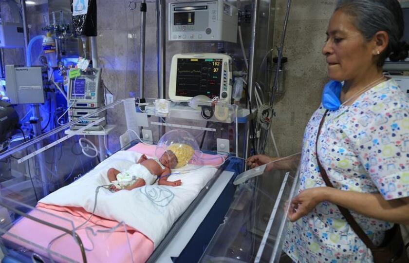 Fotografía cedida hoy, viernes de uno de los bebés quintillizos nacidos en un hospital de Ciudad de México (México). EFE/IMSS/SOLO USO EDITORIAL / NO VENTAS