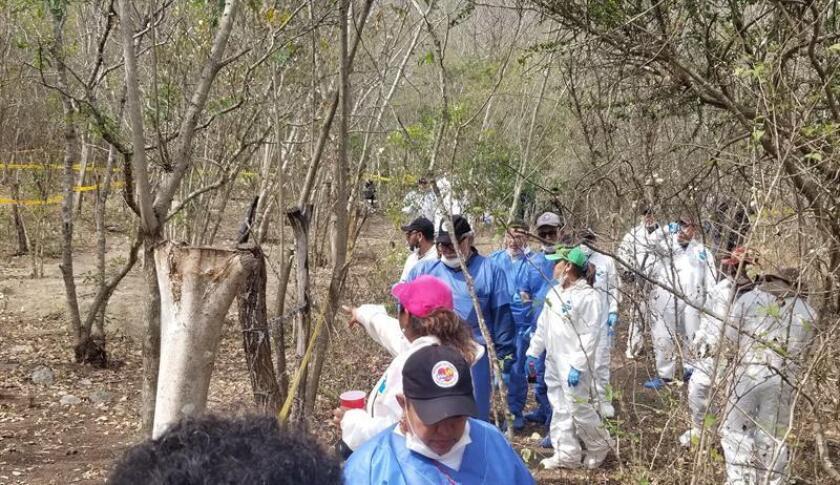 Familiares de desaparecidos trabajan en la exhumación de fosas clandestinas el pasado jueves, 28 de febrero de 2019, en El Mante (México). Con sus propias manos, los familiares de desaparecidos trabajan para exhumar restos de personas de tres fosas clandestinas en el norteño estado de Tamaulipas, duramente impactado por la violencia de los cárteles del narcotráfico en México. EFE