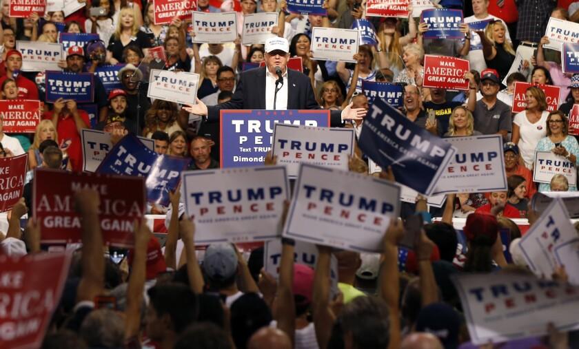 El candidato presidencial republicano Donald Trump habla en un mitin en Dimondale, Michigan, el viernes 19 de agosto de 2016. (AP Foto/Gerald Herbert)