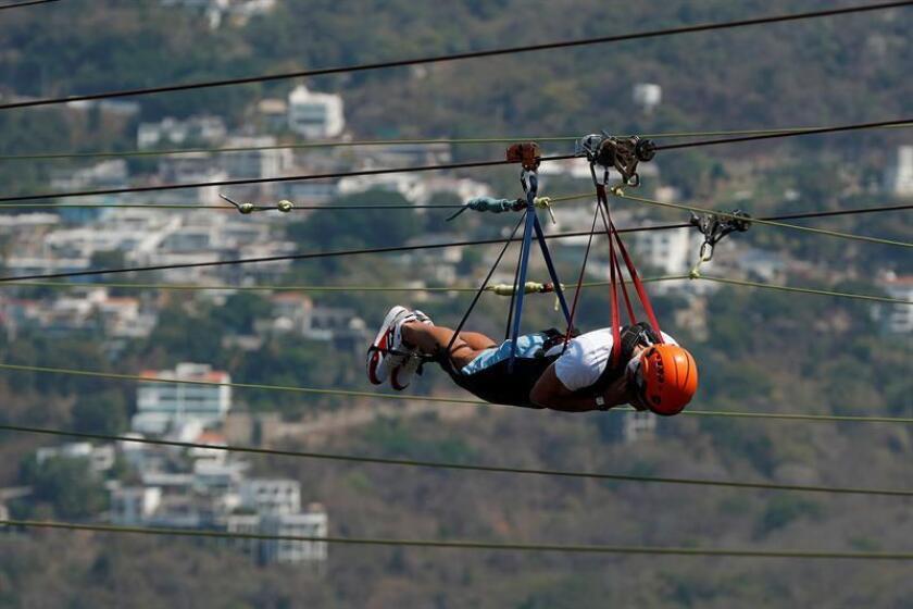 El español Feliciano López participa en una actividad recreativa, donde viajó en tirolesa a 120 kilómetros por hora sobre la bahía de Acapulco (México), horas antes de enfrentar en el Abierto Mexicano de Tenis a su amigo Rafael Nadal, número dos del ránking de la ATP. EFE