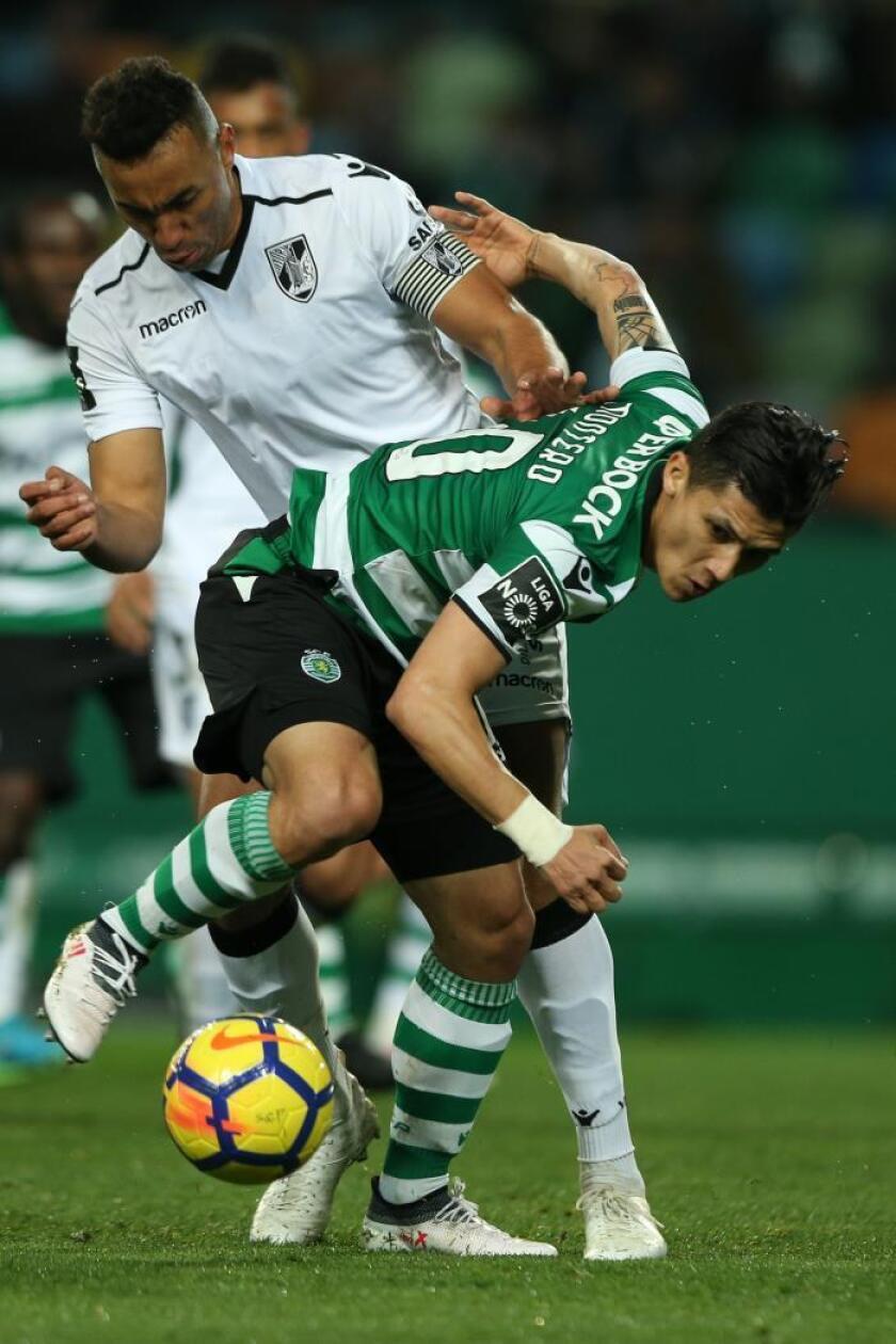 Freddy Montero (d) de Sporting disputa el balón durante un partido. EFE/Archivo