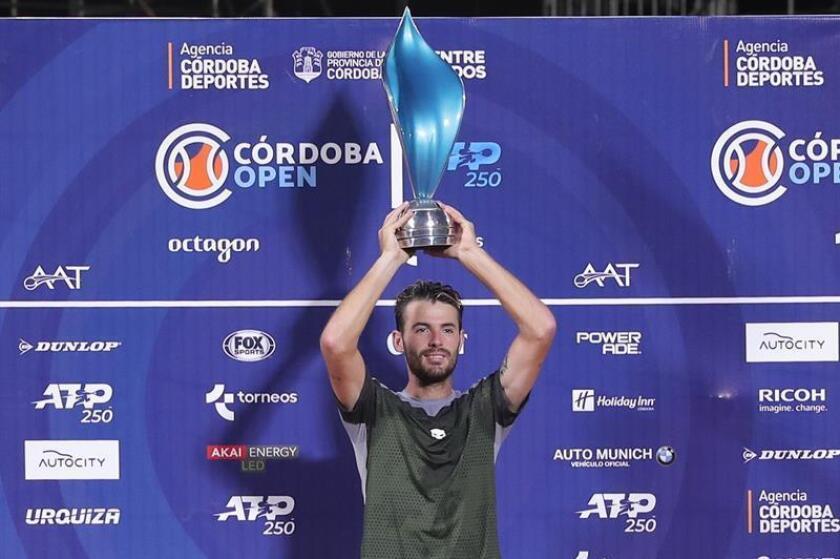 El tenista argentino Juan Ignacio Londero levanta el trofeo tras vencer en la final a su compatriota Guido Pella en el Abierto de Córdoba disputado este domingo en la ciudad de Córdoba (Argentina). EFE