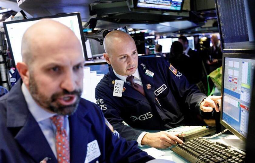 Agentes de Bolsa trabajan en el parqué de Nueva York, Estados Unidos. EFE