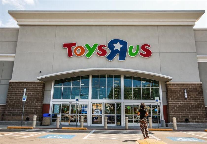 Una persona entra en una tienda de Toys 'R' Us en Dallas, Texas (Estados Unidos). EFE/Archivo
