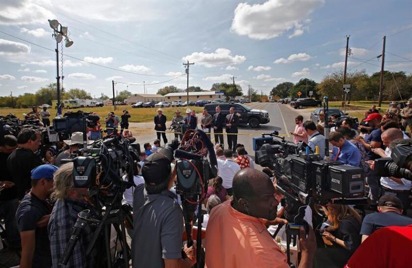 Familiares de las dos últimas víctimas de la matanza de Texas sin identificar desvelaron hoy la pérdida de sus seres queridos en el tiroteo masivo que tuvo lugar este domingo en una iglesia baptista de Sutherland Springs (Texas), en el que murieron 26 personas y 20 resultaron heridas. EFE/ARCHIVO