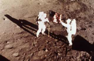 "Dans ces 20 Juillet, 1969, photo fichier fourni par la NASA, Apollo 11 Neil Armstrong et astronautes Edwin E. "" Buzz "" Aldrin, les premiers hommes à la terre sur la Lune, des plantes aux États - Unis Drapeau sur le Lunar Surface""Buzz"" Aldrin, the first men to land on the moon, plant the U.S. flag on the lunar surface."