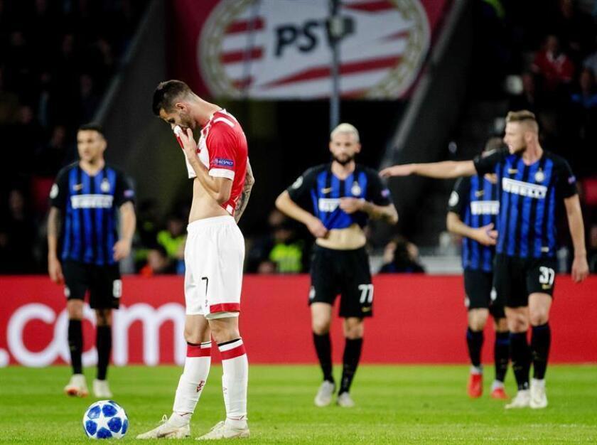 Gaston Pereiro (i) de PSV hoy, miércoles 3 de octubre de 2018, en un partido de la Liga de Campeones entre PSV Eindhoven e Inter Milán en Eindhoven (Holanda). EFE
