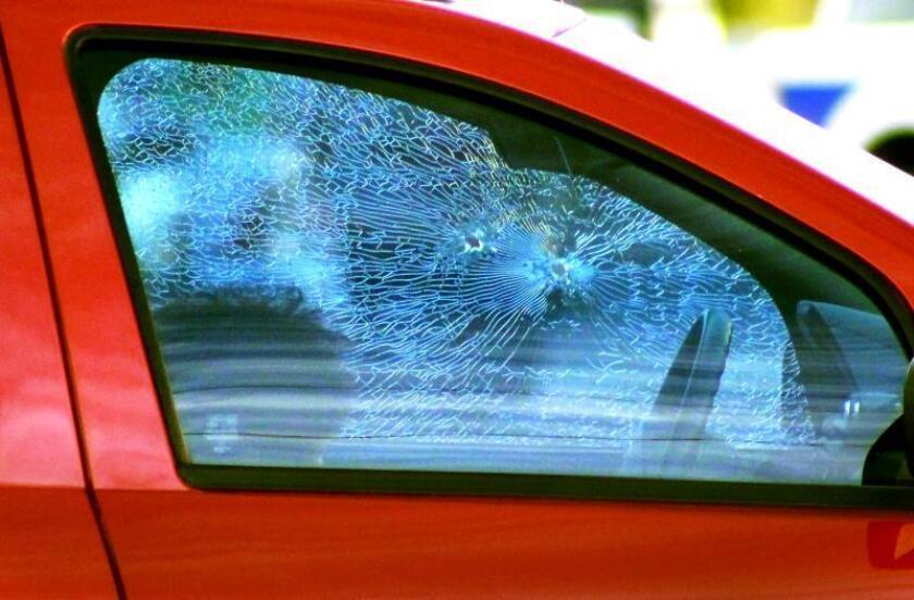 Vista general del vehículo de la periodista mexicana Miroslava Breach, quien fue asesinada a tiros cuando salía de su casa en Chihuahua (México). EFE/Jonathan Fernández/Archivo