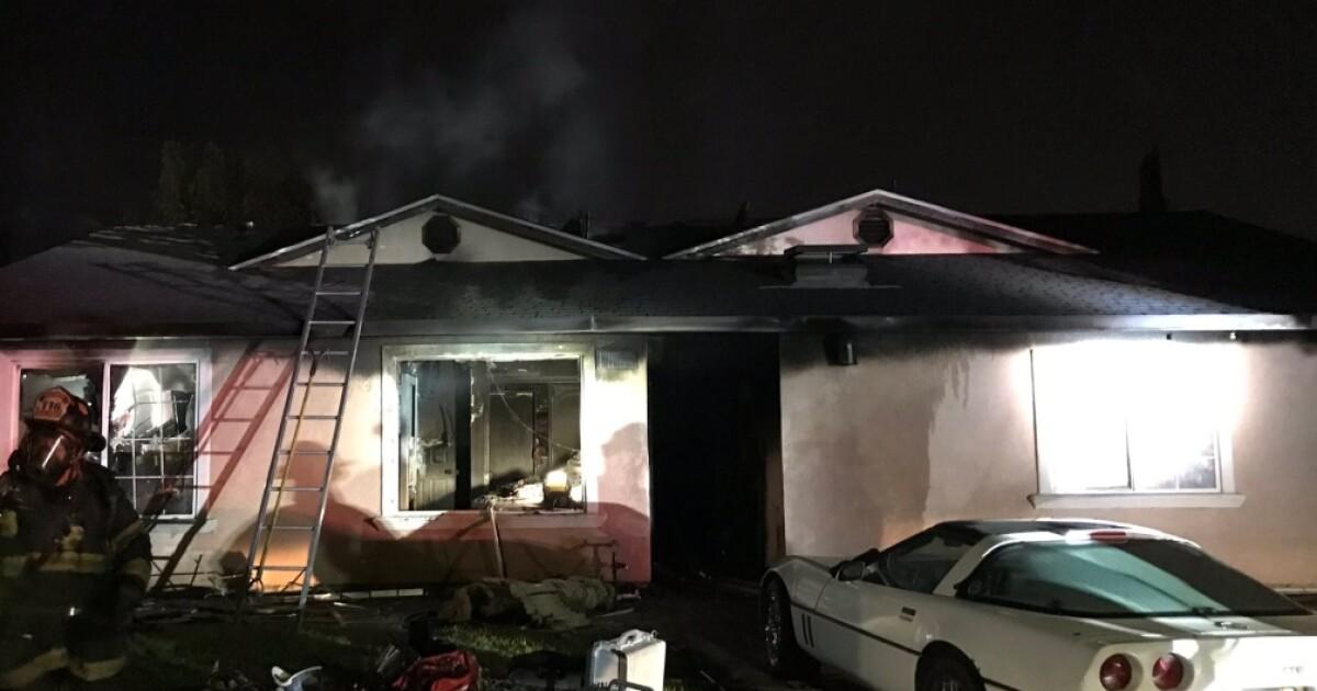 Einen mutmaßlichen PKW-Dieb bricht in ein Haus zu verstecken, Polizei sagen. Dann wird das Haus Feuer fängt