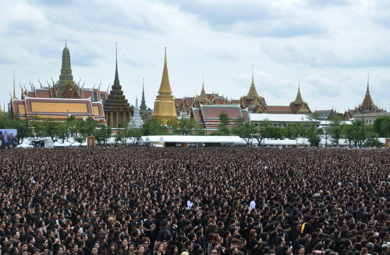 Dolientes tailandeses cantan una versión especial del himno real de Tailandia en honor al difunto rey Bhumibol Adulyadej frente al Gran Palacio de Bangkok. (AP Foto/Sompong Sonnak)