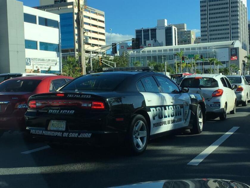 Vista de un carro de policía en San Juan (Puerto Rico). EFE/Archivo