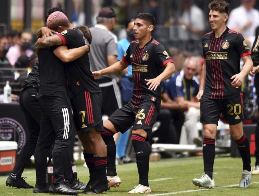 El delantero venezolano del Atlanta United Josef Martinez celebra su gol ante el Inter de Miami en el encuentro de la MLS, el domingo 9 de mayo de 2021. (AP Foto/Jim Rassol)