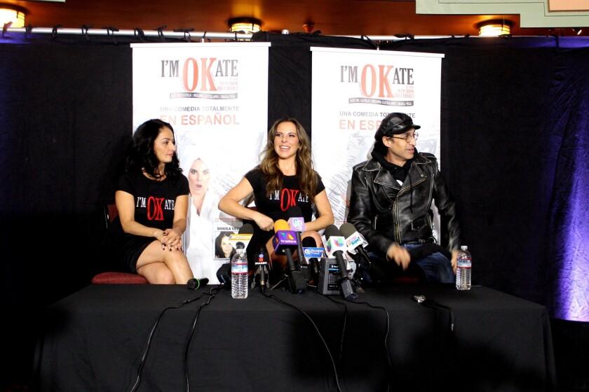"""Al centro, Kate del Castillo, rodeada de la actriz Shaula Vega y del director Bruno Bichir, durante la conferencia de prensa de """"I'm OKate""""."""