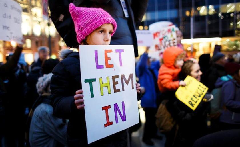 Un grupo de personas se reúne para protestar contra la nueva prohibición de los Estados Unidos a los musulmanes de ciertos países, que se implementó recientemente mediante una orden ejecutiva del presidente Donald Trump en Nueva York, Nueva York, Estados Unidos, 01 de febrero de 2017. EFE