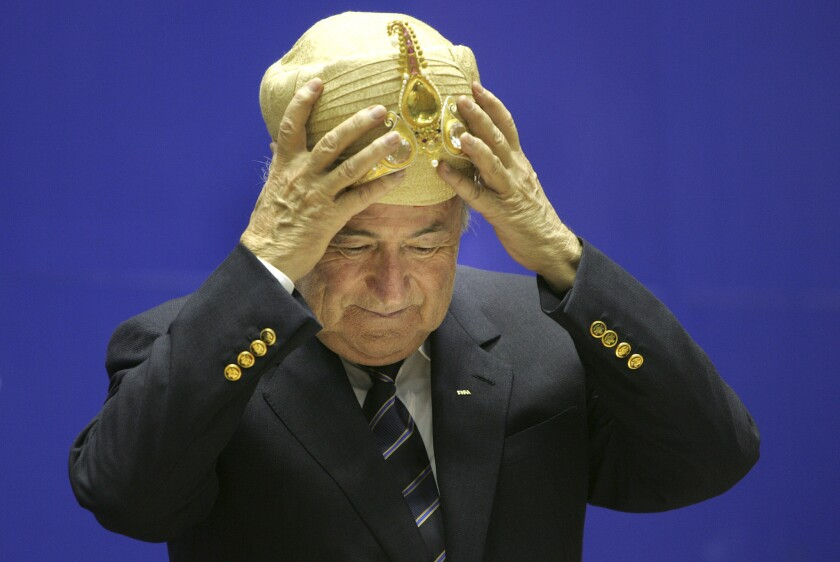 El presidente de la FIFA, Joseph Blatter, se coloca un sombrero tradicional indio el martes, 17 de abril de 2007, en una actividad en Nueva Delhi, India.
