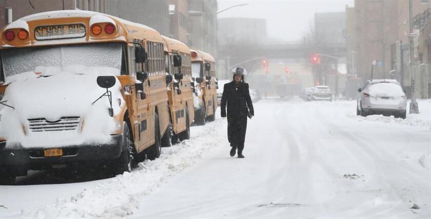La primera tormenta del año dejó fuertes críticas al alcalde de Nueva York, Bill de Blasio, por las miles de personas que quedaron atrapadas hasta por nueve horas en sus coches o autobuses, en carreteras y puentes paralizados, así como por usuarios varados en la principal estación de transporte de la ciudad. EFE/ARCHIVO