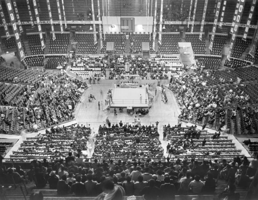 Espectadores en el interior del Arena de México, asisten a un combate de boxeo, durante los Juegos Olímpicos de México 1968. EFE/Archivo