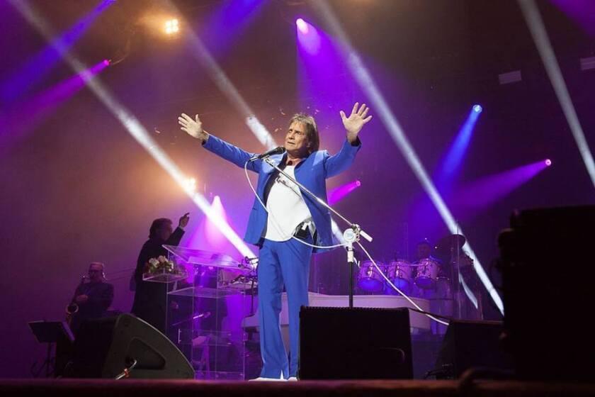 El ídolo brasileño de la canción Roberto Carlos regresa a las andadas musicales.