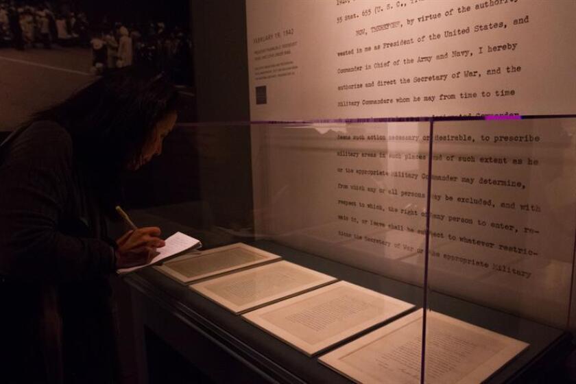 Una visitante observa el documento original de la orden ejecutiva 9066, firmada el 19 de febrero de 1942 por el presidente Franklin D. Roosevelt. EFE/Archivo