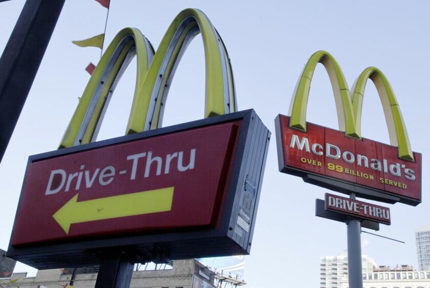 En esta foto se ven carteles de McDonald's desde el estacionamiento del rfestaurante en Nueva York.Un ciego en Louisiana demandó a McDonald's por el derecho a que le sirvan en la ventanilla de auto servicio de restaurantes de la cadena. (AP foto/Richard Drew)