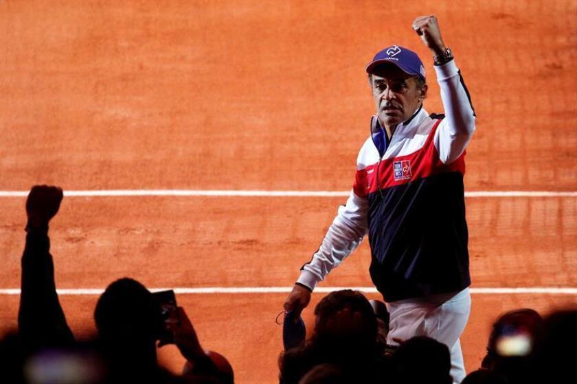 El capitán del equipo de Francia de Copa Davis, Yannick Noah, durante la ceremonia de apertura de la final ante Croacia, en el estadio Pierre Mauroy de Lille, Francia, hoy. EFE