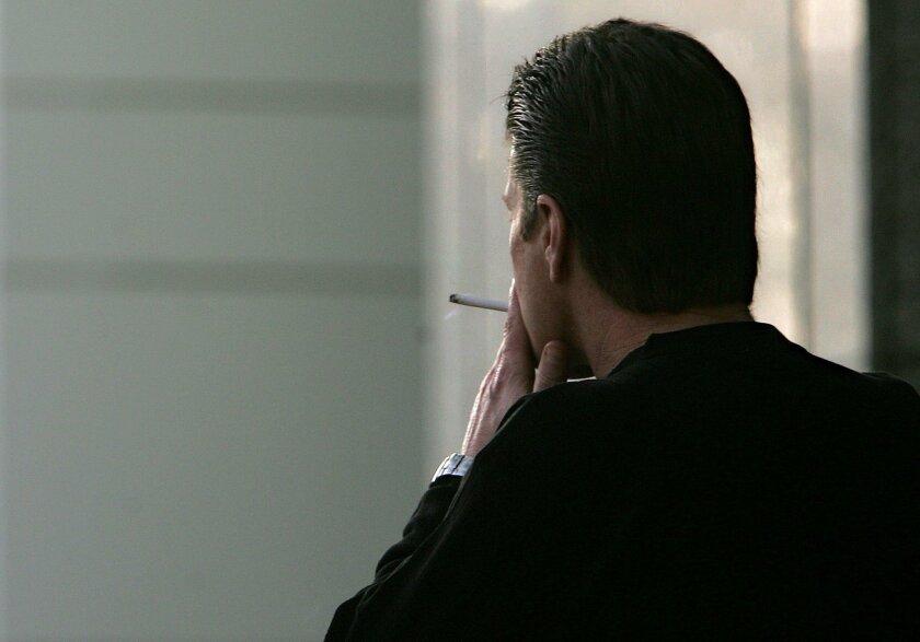 En esta foto de archivo, un hombre no identificado fuma un cigarrillo en Sacramento, California.