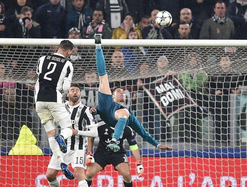 Cristiano Ronaldo (d) de Real Madrid anota el 2-0 ante Juventus hoy, martes 3 de abril de 2018, durante un partido de los cuartos de final de la Liga de Campeones entre Juventus FC vs Real Madrid CF en el estadio Allianz en Turín (Italia).