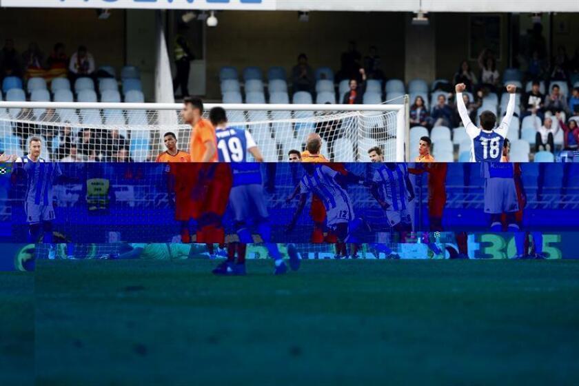 El delantero brasileño de la Real Sociedad Willian José (c) celebra su segundo gol seguido ante el Valencia, durante el partido de la 15 jornada de la Liga de Primera División que se jugó en el estadio de Anoeta de San Sebastián. EFE