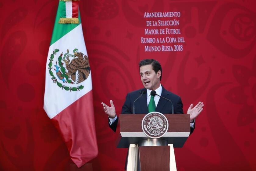 El presidente de México, Enrique Peña Nieto, habla durante el acto de abanderamiento del cuadro que competirá en la Copa del Mundo de Rusia 2018, celebrado en la residencia presidencial de Los Pinos, en Ciudad de México (México). EFE/Archivo