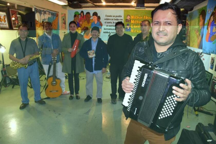 El integrante del grupo Los Jornaleros del Norte, Omar León (acordeón y órgano electrónico), posa delante de sus compañeros (de izq. a dcha.) Godofredo Rivera (saxofón), Manuel Ramírez (percusión y guitarra), Loyda Alvarado (vocalista), Manuel Ortiz (tambores), Ervin Mancilla (congas), y Tony Reyes (guitarra bajo), durante un ensayo el 30 de noviembre de 2016, en el Centro Laboral de la Universidad de California en Los Ángeles (UCLA) en los Ángeles, California. EFE