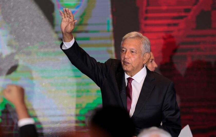 El 69 % de los mexicanos considera que el país mejorará con Andrés Manuel López Obrador como presidente, además de que 64,6 % apruebaN al político, según un sondeo divulgado hoy. EFE/Archivo