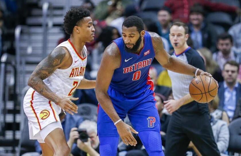 Drummond (d) lideró a los Pistons con 18 puntos y 13 rebotes a la mitad del partido, cuando Detroit se fue al descanso con ventaja de 63-41. EFE/Archivo