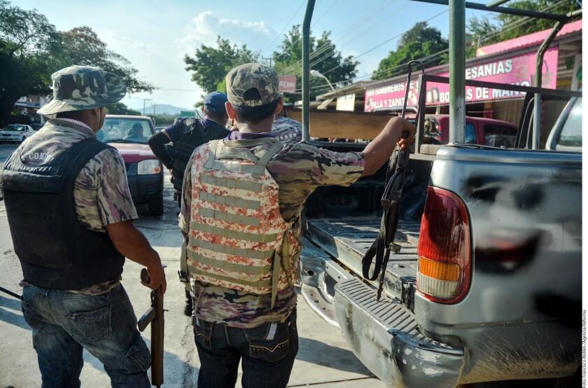 Dos grupos de civiles armados se enfrentaron ayer a balazos en al menos dos ocasiones en Tierra Colorada, cabecera del municipio de Juan R. Escudero, en Guerrero.