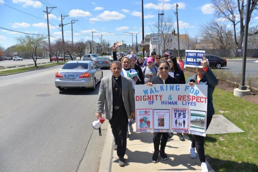 """Beneficiarios de los programas DACA y TPS inician una marcha a Washington desde Aurora, Illinois (Estados Unidos), el sábado 28 de abril de 2018. Decididos a caminar más de 1.100 kilómetros por """"dignidad y respeto"""", un grupo de activistas de EE.UU. inició una marcha desde Aurora a Washington con el fin de exigir soluciones permanentes para los inmigrantes y en protesta por la militarización de la frontera con México. EFE/Enrique García Fuentes/Archivo"""