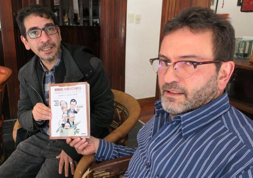 Fotografía fechada el 8 de febrero de 2018 que muestra al periodista mexicano Fabrizio Mejía (i) y al caricaturista Antonio Helguera (d) durante una entrevista con Efe en Ciudad de México (México). EFE