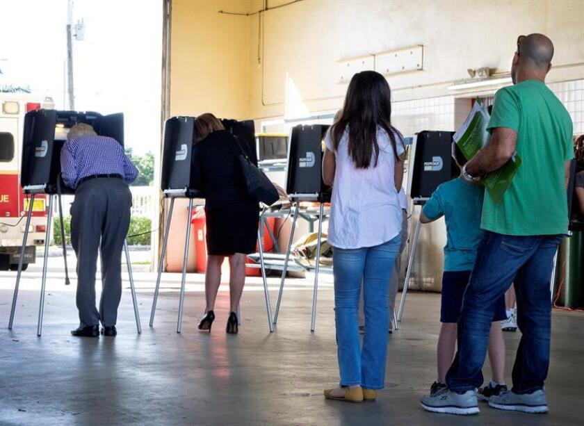 Varias personas hacen cola para emitir su voto durante la elecciones presidenciales en un colegio electoral de Miami, Florida, (Estados Unidos). EFE/Archivo